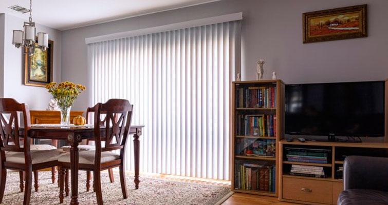 Veja 4 dicas para escolher persianas para sua sala de estar
