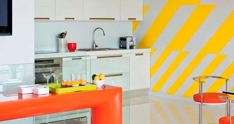 Cozinha decorada em cores cítricas.
