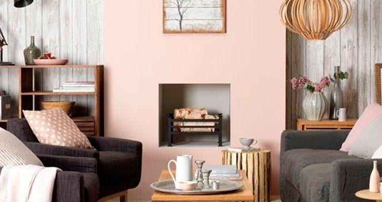Sala com decoração rosa claro.