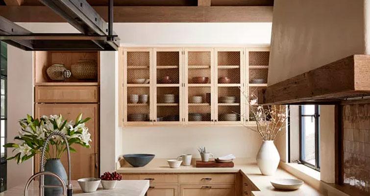 Cozinha monocromática: madeira natural.